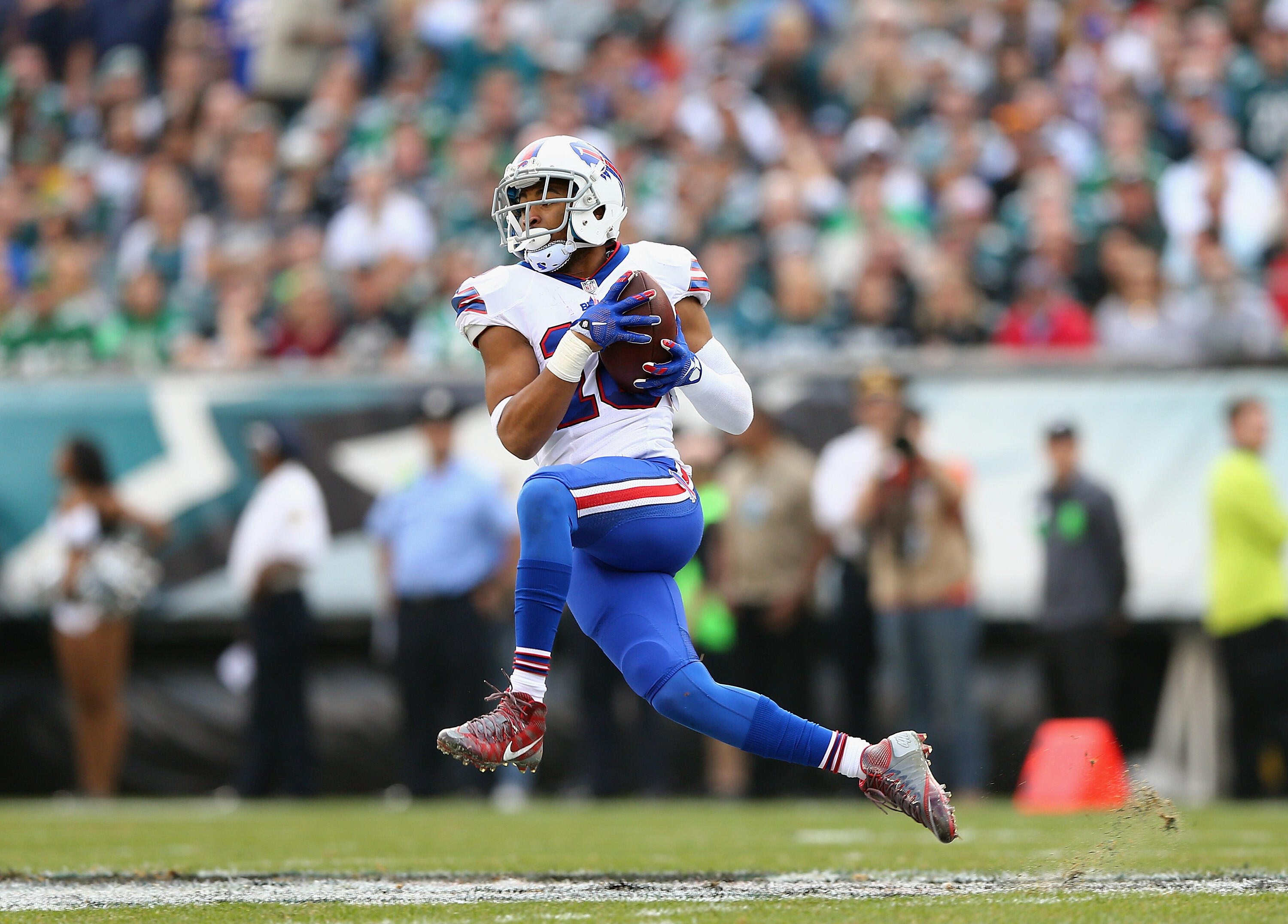 PHILADELPHIA, PA - DECEMBER 13:  Robert Woods #10 of the Buffalo Bills catches the ball against the Philadelphia Eagles during the first quarter at Lincoln Financial Field on December 13, 2015 in Philadelphia, Pennsylvania.  (Photo by Elsa/Getty Images)