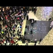 Man Drops Cash on Mall Of America Shoppers - Gets Ticket