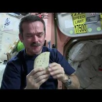 Asi se hace un sandwich en el espacio!
