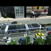 Chinos tienen un autobus que va por encima de los carros.