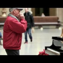 Chicago's Union Station and Amtrak have teamed up to get people in the holiday spirit by setting up a magic piano that gives passersby a huge surprise.