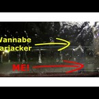 VIDEO: Hombre se defiende de asaltantes con manguera de agua