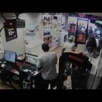 Video: Ladrones quedan atrapados en una tienda y la gente se ríe de ellos.