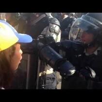 (Venezuela)Mira como se le salen las lagrimas a esta militar frustrada ante esta estudiante!!!