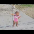 Video: Policía encuentra a una niña amarrada frente a su casa.