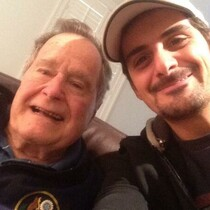 BRAD PAISLEY's selfie with former President GEORGE H.W. BUSH