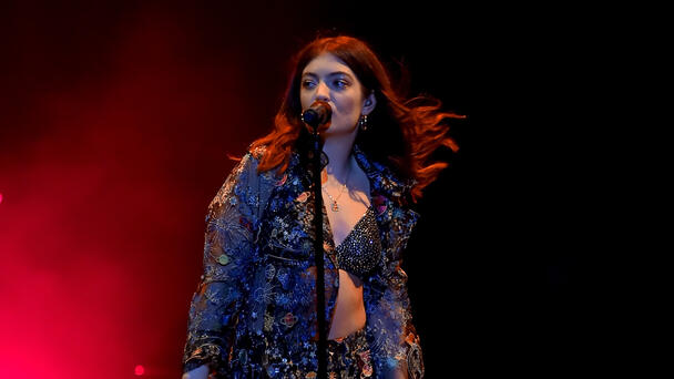 Lorde Drops the Mic While Eating Spicy Wings