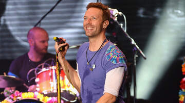 Natalie Blog (58475) - Chris Martin Invites Fan on Stage to Play Everglow
