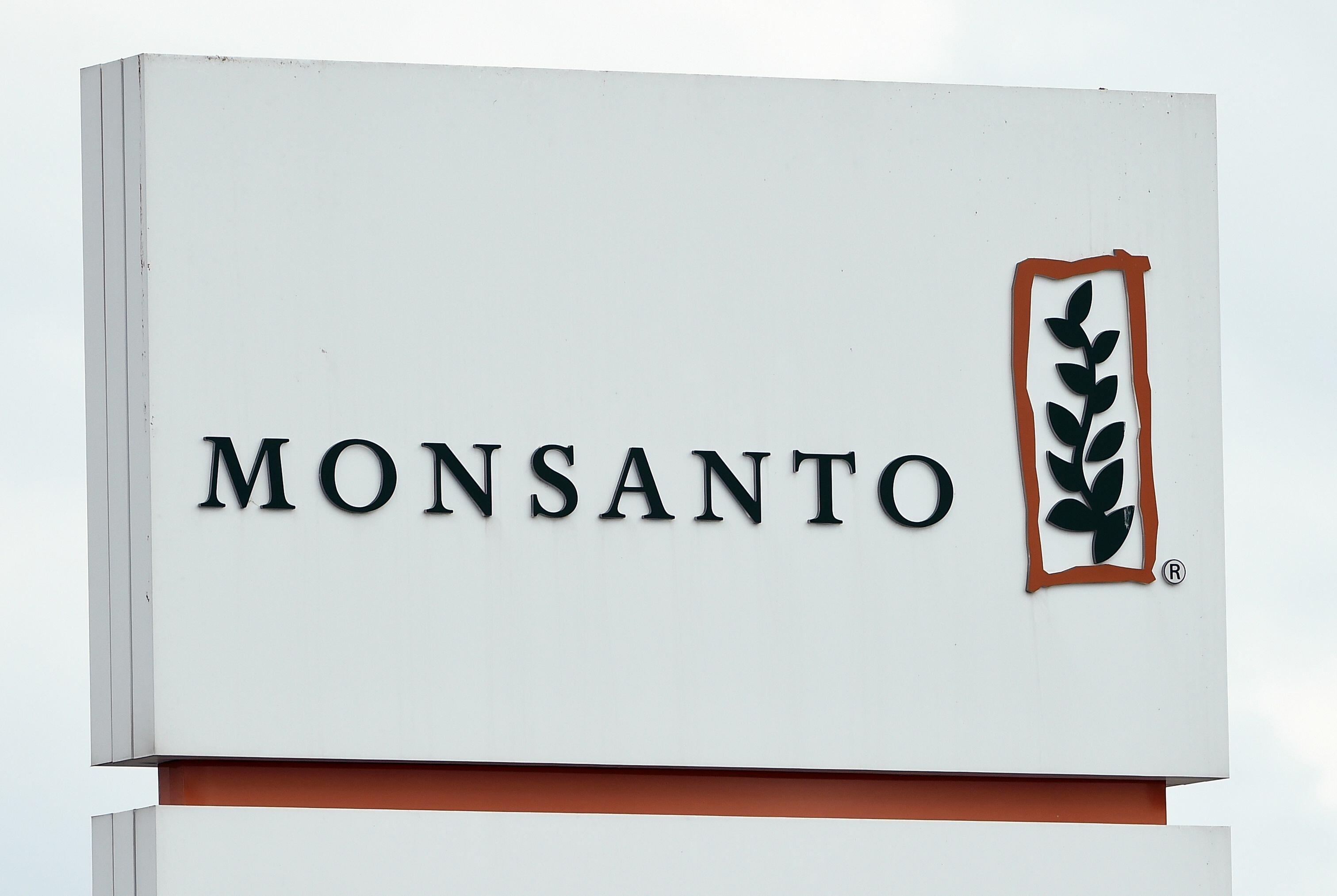 how should monsanto manage the potential Some of monsanto's actions should considered moral temptation 2 compare the benefits of growing gm seeds for crops with the potential negative consequences of using them growing gm seeds for crops can have its benefits as in can help the farmers with better crops and fields.