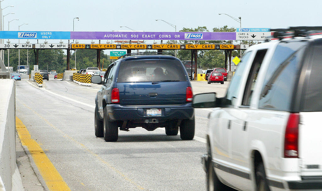 DES PLAINES, IL - AUGUST 27: Traffic is seen pulling up to an Illinois Tollway toll collection area August 27, 2004 in Des Plaines, Illinois. Illinois Governor Rod R. Blagojevich has unveiled a plan for the future of the Illinois Tollway. The 10-year, $5.