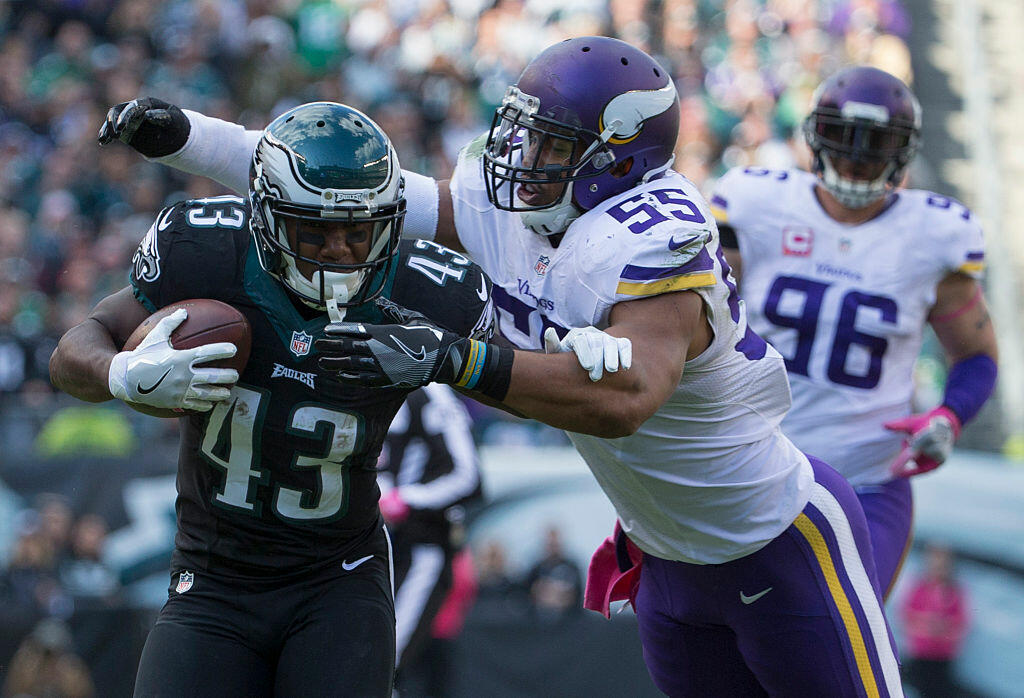 PHILADELPHIA, PA - OCTOBER 23: Darren Sproles #43 of the Philadelphia Eagles runs with the ball against Anthony Barr #55 of the Minnesota Vikings in the third quarter at Lincoln Financial Field on October 23, 2016 in Philadelphia, Pennsylvania. The Eagles defeated the Vikings 21-10. (Photo by Mitchell Leff/Getty Images)
