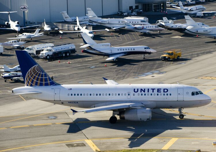 A United Airlines Airbus A319 airplane w