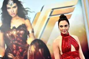 Gal Gadot Sent A Wonder Woman Gift To Kelly Clarkson's Daughter!