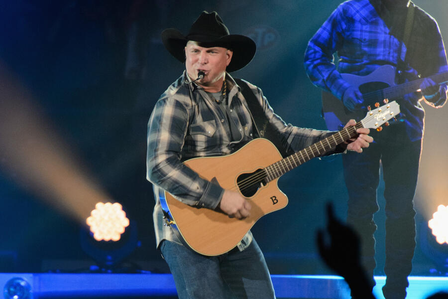 ROSEMONT, IL - SEPTEMBER 05: Garth Brooks performs on stage at Allstate Arena on September 5, 2014 in Rosemont, United States. (Photo by Daniel Boczarski/Redferns via Getty Images)