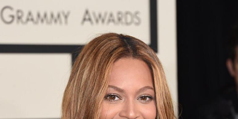 #Beyoncé Cries #HumanitarianAward #WearableArtGala