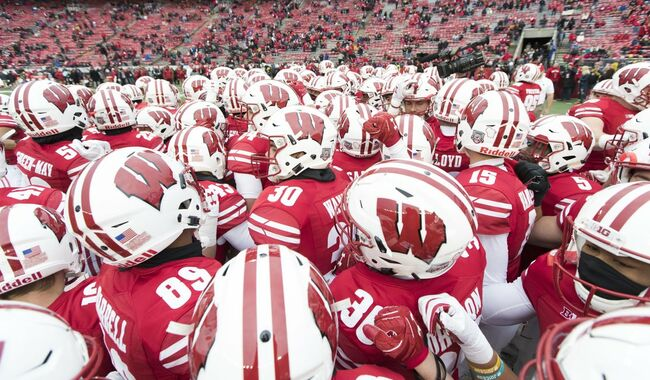 badgers huddle iowa wisconsin badgers 2017