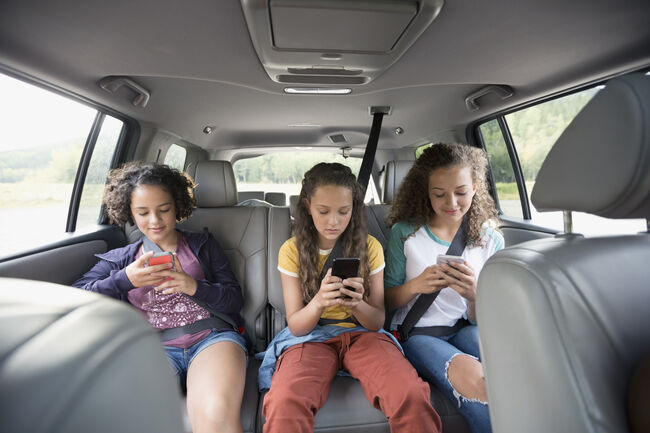 Teens with Phones (Getty Images)