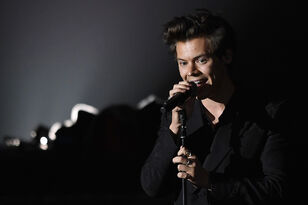 "Harry Styles Debuted New Songs ""Anna"" & ""Medicine"" While On Tour in Europe"