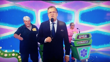 Trending - Price Is Right Contestant Suffers Embarrassing Handshake Fail