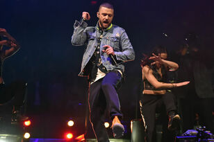 Watch Justin Timberlake Help A Fan Announce Her Pregnancy Mid-Concert