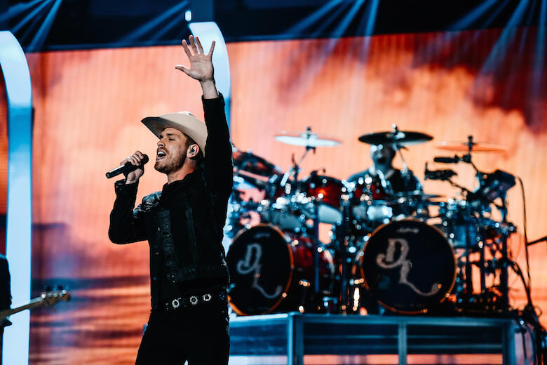 dustin lynch debuts new song good girl at iheartcountry festival