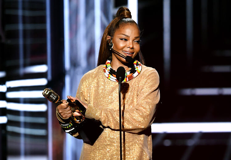 Janet Jackson holds her Icon Award -photo:Getty Images North America