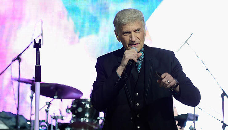"Dennis DeYoung Says Styx Performing ""Mr. Roboto"" Again Is ""An Admission"""