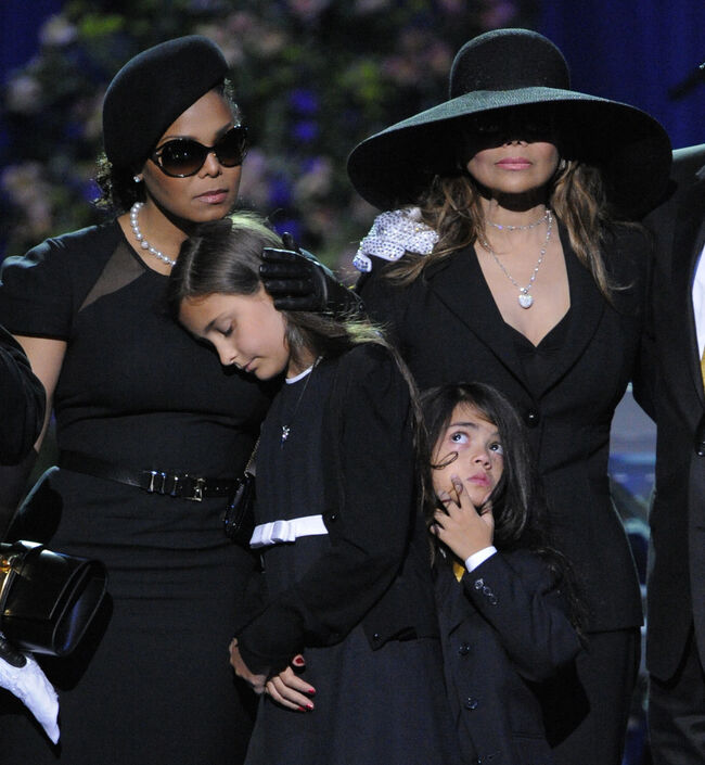 Memorial Service For Michael Jackson Draws Thousands Of Fans And Mourners