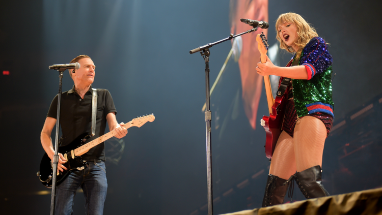 Taylor Swift Surprises Toronto Crowd With Bryan Adams Summer Of 69