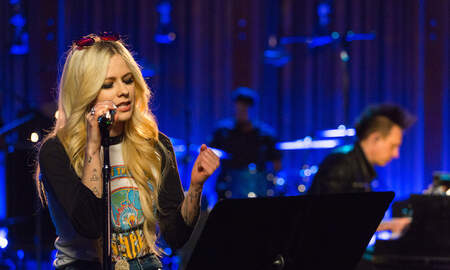 Entertainment News - Avril Lavigne Sings Head Above Water Live During Candid Performance
