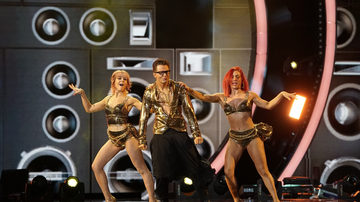 Bobby Bones - Watch Bobby, Sharna Burgess & Lindsey Stirling MC Hammer The Cha Cha Dance