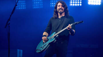Rock News - Dave Grohl Invites Blind Kid to Sit Onstage, Let's Him Play Guitar
