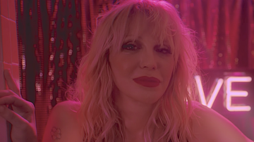 Trending - Courtney Love Sings 'Celebrity Skin' With 1500 Piece Band: Watch