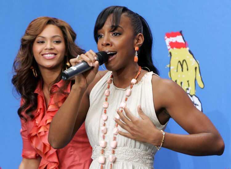 Destiny?s Child and Stars Celebrate World Children?s Day at McDonald?s LOS ANGELES, CA - NOVEMBER 15: Singers Beyonce Knowles and Kelly Rowland of Destiny's Child perform at the 2005 World Children's Day at the McDonalds Los Angeles Ronald McDonald House on November 15, 2005 in Los Angeles, California. (Photo by Kevin Winter/Getty Images)
