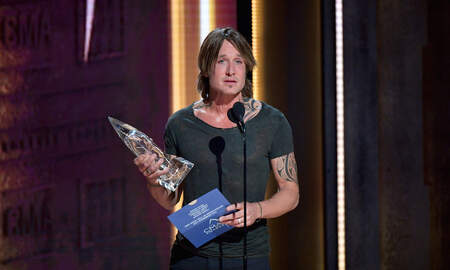 Music News - Keith Urban Tearfully Accepts Entertainer of the Year Award at 2018 CMAs