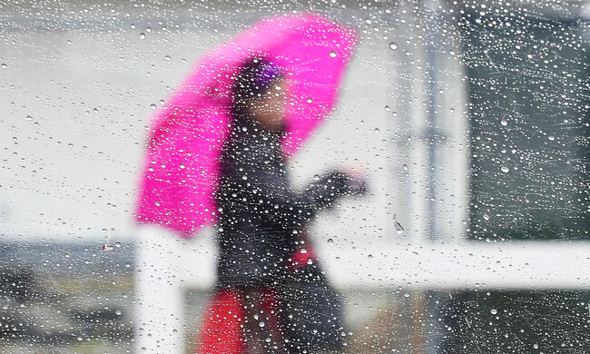 Showers Douse Southland for Second Straight Day