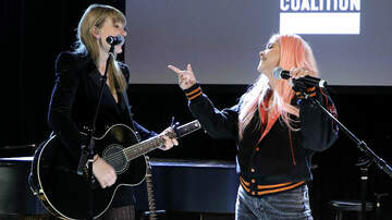 Headlines - Taylor Swift & Hayley Kiyoko Team Up For Acoustic Delicate Performance