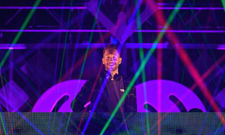 Trending - Calvin Harris Leads Sing-Along at 2018 iHeartRadio Jingle Ball
