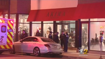 Frankie Robinson - 9-10 PEOPLE ROB AND PEPPER SPRAY AKIRA CLOTHING STORE!!