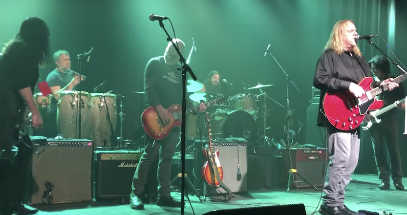 """Dave Grohl Plays """"All Apologies"""" With Gov't Mule During Secret Show: Watch"""