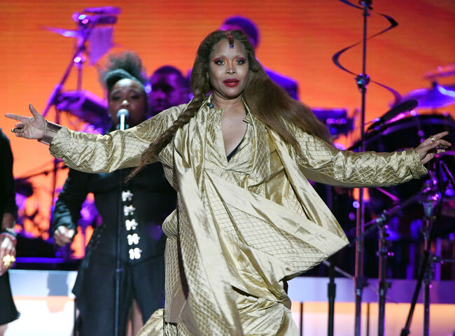 BET Presents: 2018 Soul Train Awards - Show LAS VEGAS, NEVADA - NOVEMBER 17: Erykah Badu performs onstage during the 2018 Soul Train Awards, presented by BET, at the Orleans Arena on November 17, 2018 in Las Vegas, Nevada. (Photo by Ethan Miller/Getty Images for BET)