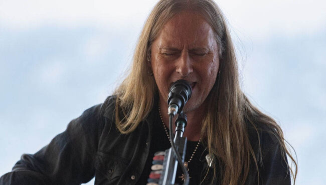 Alice in Chains' Jerry Cantrell to Undergo Back Surgery
