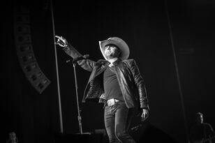Justin Moore Has Horse Mishap During Photoshoot