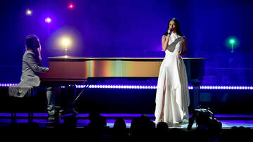 iHeartRadio Spotlight - Kacey Musgraves Gives Colorful Piano Led Performance of 'Rainbow'