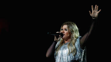 Lisa Foxx - Kelly Clarkson Invites Police Officers On Stage To Sing & They Sound Great!