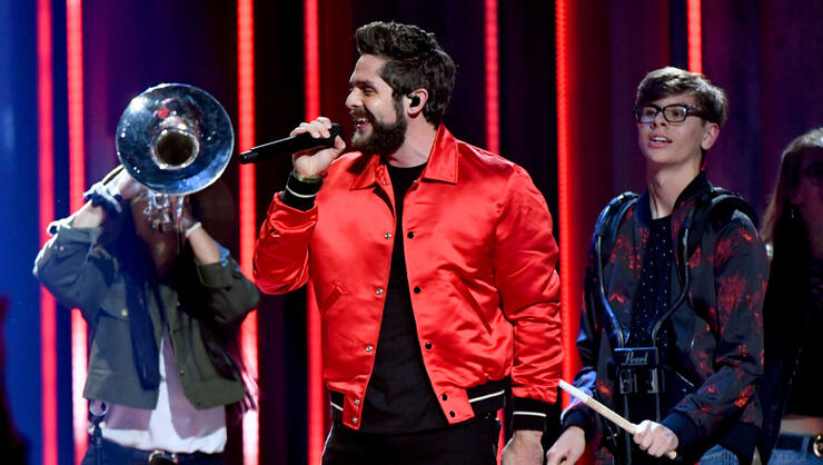 thomas rhett warms up fans with beachy tracks iheartradio. Black Bedroom Furniture Sets. Home Design Ideas