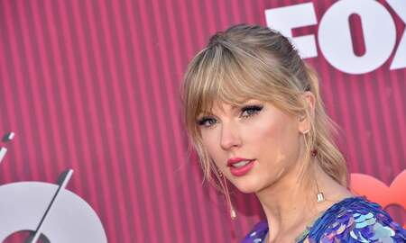 Music News - Taylor Swift Rocks Pink Hair, Butterfly Heels at iHeartRadio Music Awards
