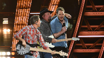 iHeartRadio Music Awards - Garth Brooks & Chris Pratt Duet At The iHeartRadio Music Awards