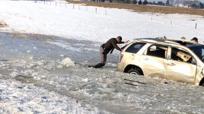 Iowa Trooper helpsndriver in icy water after I-35 rollover