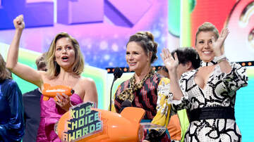 Headlines - 'Fuller House' Cast Addressed Lori Loughlin Scandal: Family Sticks Together